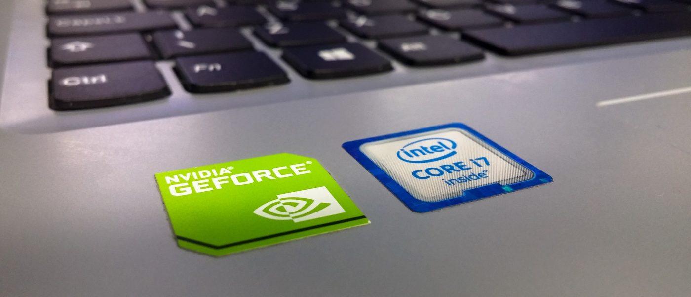 Laptop mit Nvidia und Intel Logo